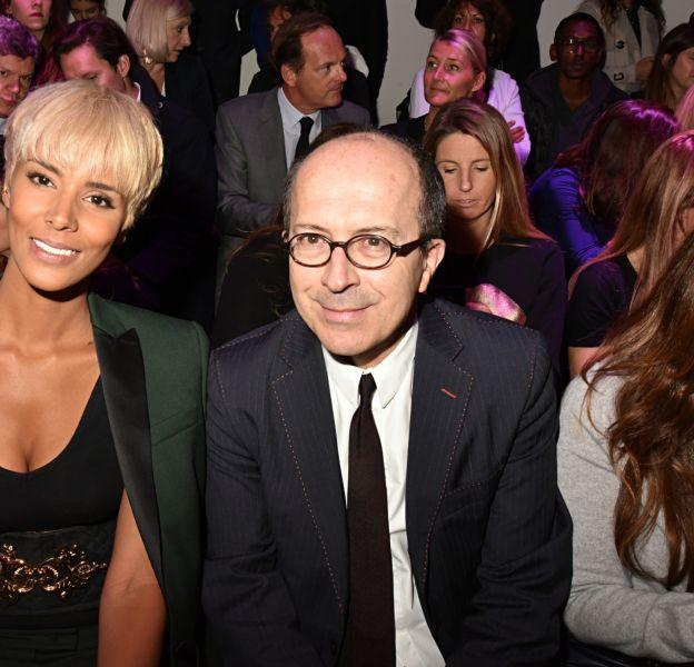 La jolie chanteuse arborait un carré blond très court lors de la Fashion Week parisienne.