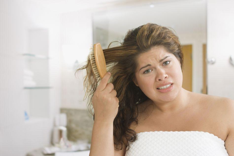 Brosser régulièrement vos cheveux permet d'éviter de les graisser.