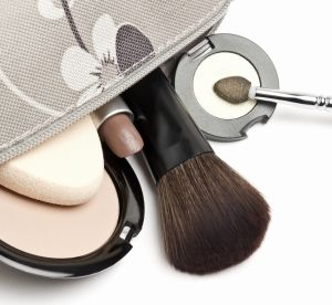 2 essentiels beauté qui transforment un make up de jour en make up de soirée