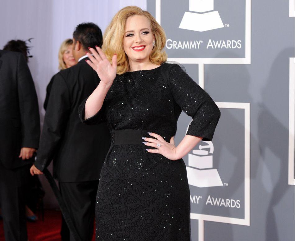 Adele a tout compris en optant pour cette robe longue très flatteuse pour sa taille marquée.