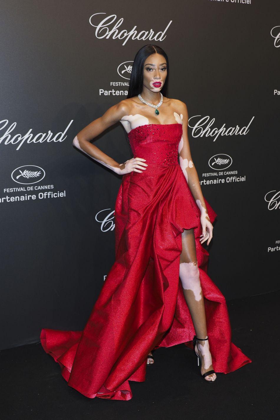 Winnie Harlow arborait une robe rouge fendue signée Zuhair Murad.