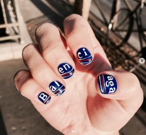 La tendance logomania sur les ongles : à adopter ou à oublier ?