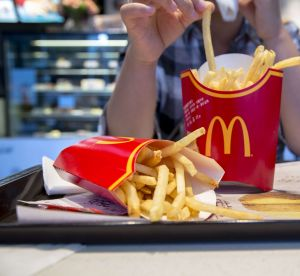 Manger les frites du McDo ralentirait la chute de cheveux