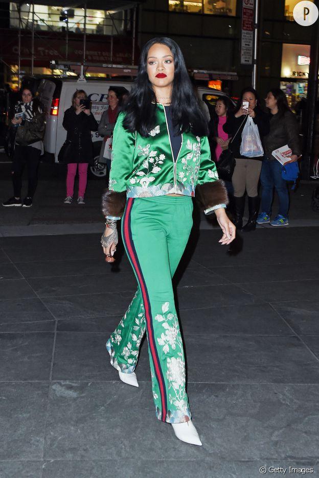 Le survêtement satiné est remis au goût du jour par Rihanna.