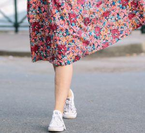 Pas envie de porter des sandales ? Les bons mix robes + sneakers