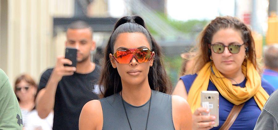 Kim Kardashian en Yeezy, elle veut nous donner envie de porter des couleurs néon