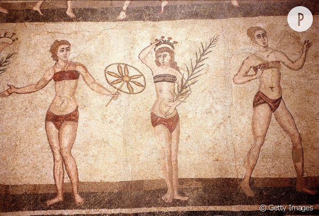 """La fresque en mosaïque montrant des baigneuses en """"bikini""""."""