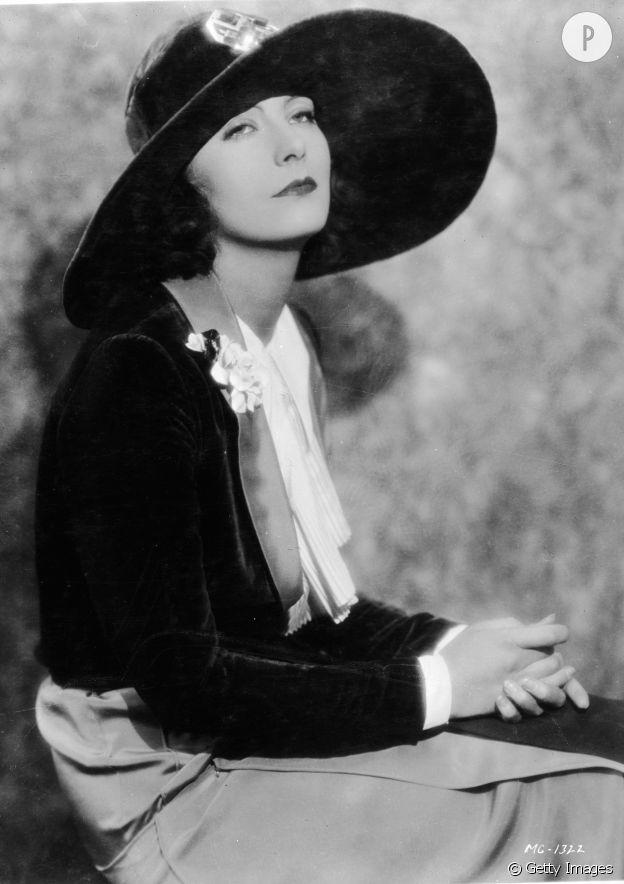 Greta Garbo sous sa capeline.