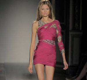 Habituée à des teintes plus rock, la femme [brand=1188]Balmain [/brand] se pare de rose pour se donner un côté plus candide.