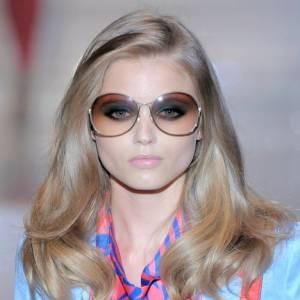 Le look Farah Fawcett fait son come back. Les lunettes [brand=4294930494]Gucci [/brand] voient toujours la Dolce Vita.