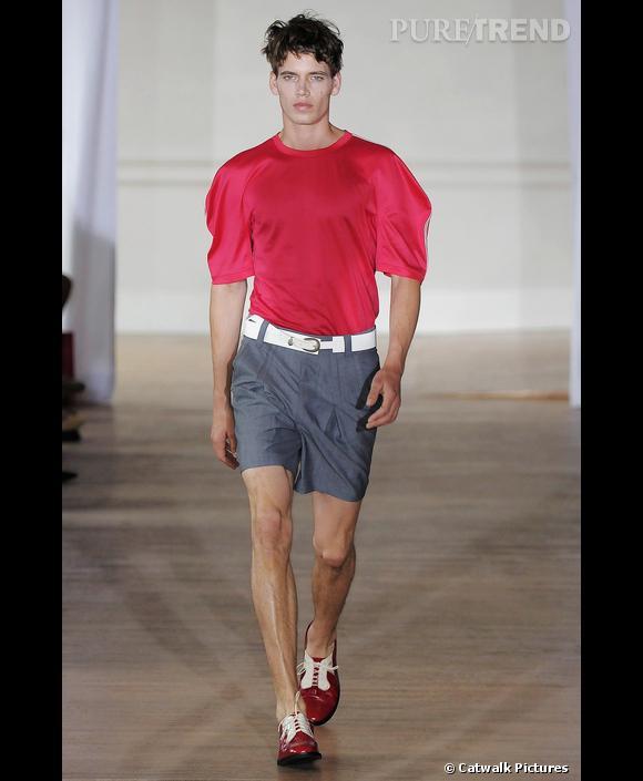 Derbies, short et t-shirt à la carrure arrondie.