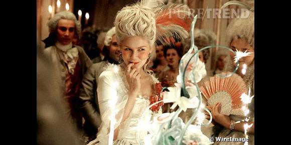 Marie-Antoinette en toilette nuptiale, Sophia Coppola revisite le faste de la cour en y ajoutant une dimension mode sous les traits de Kirsten Dunst.
