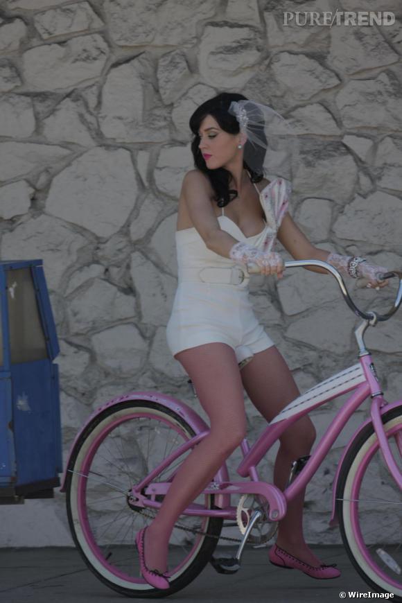 """Dans le Clip de son tube """" Hot 'n'Cold """", Katy Perry dévergonde le tulle et nous offre une version diablement rock de la mariée."""