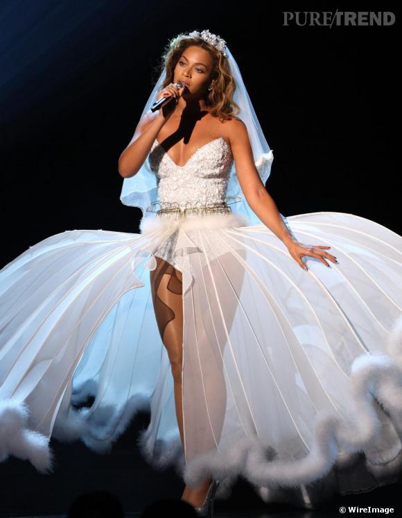 [people=2026] Beyoncé [/people]  en diva nuptiale sur la scène des Bet Awards. Une tenue suprenante que la reine des charts transforme en audacieuse tenue de scène.