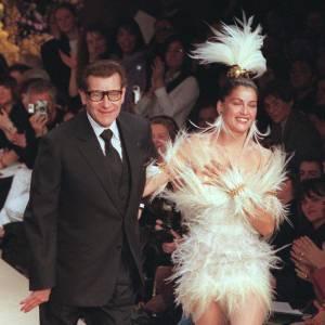 L'ère YSL marque la désacralisation de la robe meringue, le créateur reste fidèle au rituel du salut au bras de la mariée, mais la robe est résolument moins consensuelle.