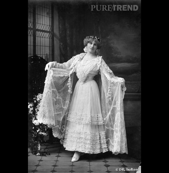 1890 : Une des premières robes de mariée blanche. Les catholiques pratiquantes voulait afficher leur virginité.