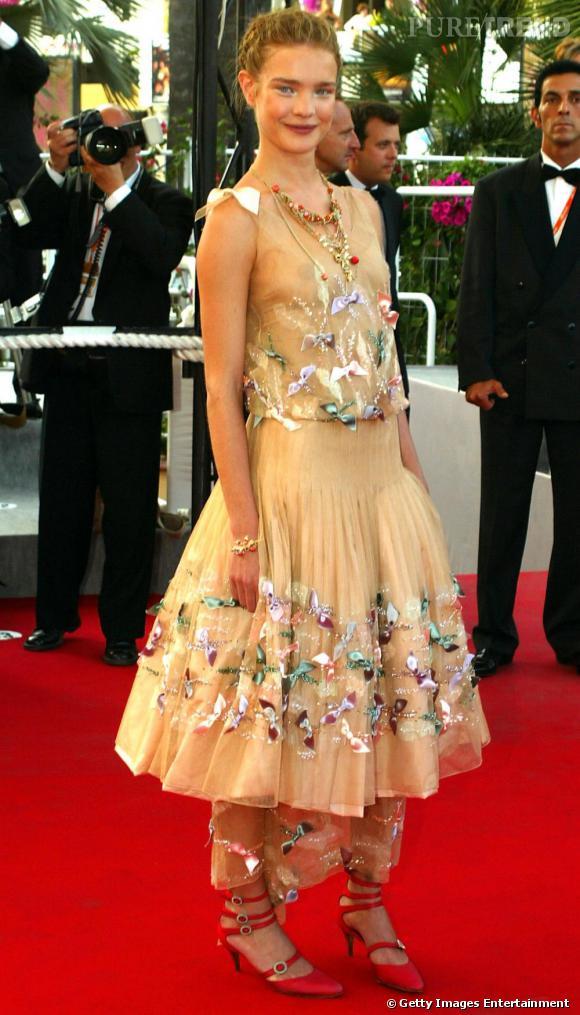 L'année suivante à Cannes, Natalia Vodianova mise sur un look chargé et précieux. Un style poupée russe qui la rajeunit. Et les chaussures bridées rouge, pas assez hautes, tassent sa silhouette.