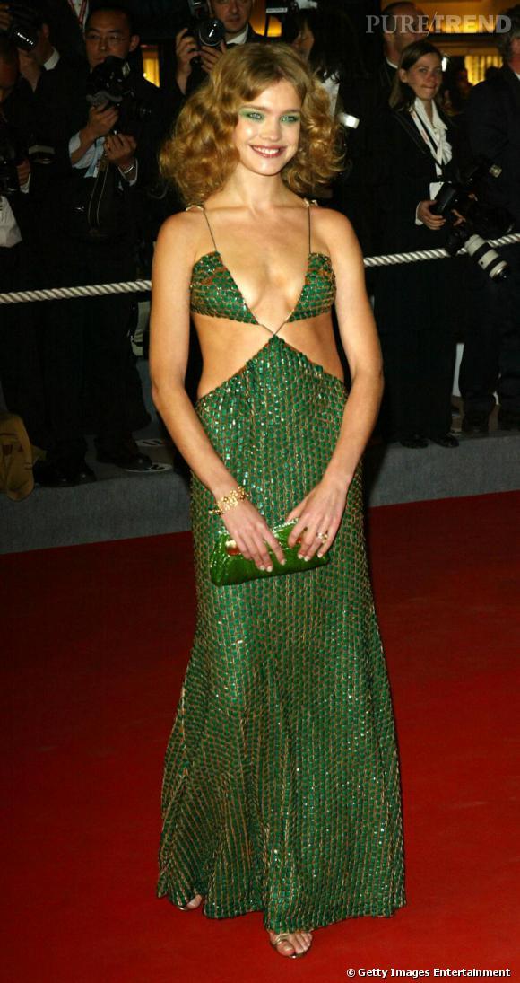 Au festival de Cannes en 2004, Natalia Vodianova ose le total look vert dans une robe très, très, trop, échancrée. Le top très mince commence à s'amuser avec la mode.