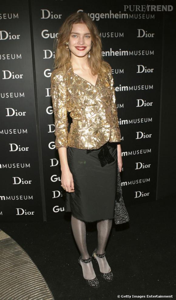 Fin 2004, il semblerait que Natalia Vodianova tente d'affiner ses looks souvent très juveniles. Elle opte pour une veste à sequins, pointu, et une jupe droite, stricte. Le résultat n'est pas vraiment convaincant.