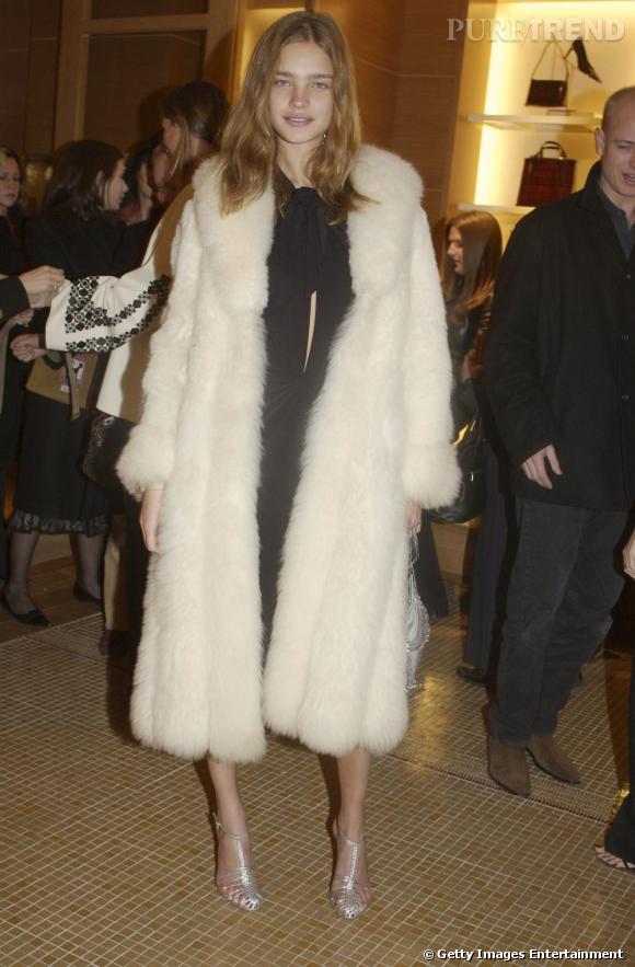 En 2002, Natalia Vodianova défile déjà pour les grands. A tout juste vingt ans, le top russe a l'air d'en avoir quinze. Pour se vieillir, elle mise sur une épaisse fourrure blanche, qui lui donne un teint assez fade.