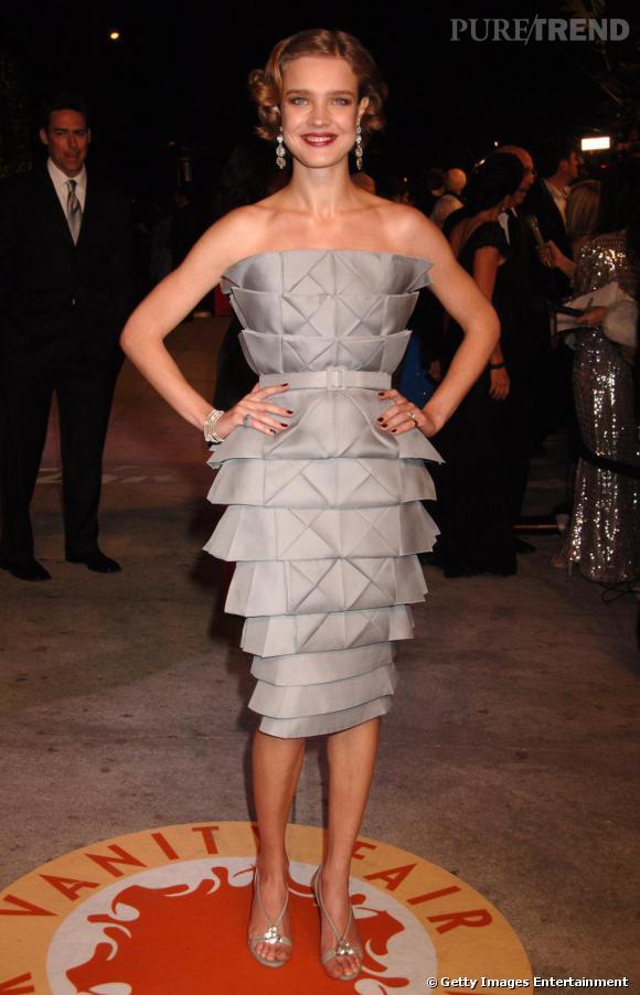 Changement de look pour Natalia Vodianova en 2007. Le top se reprend en main et se dirige peu à peu vers des tenues plus féminines. En robe bustier, elle est à l'aise.