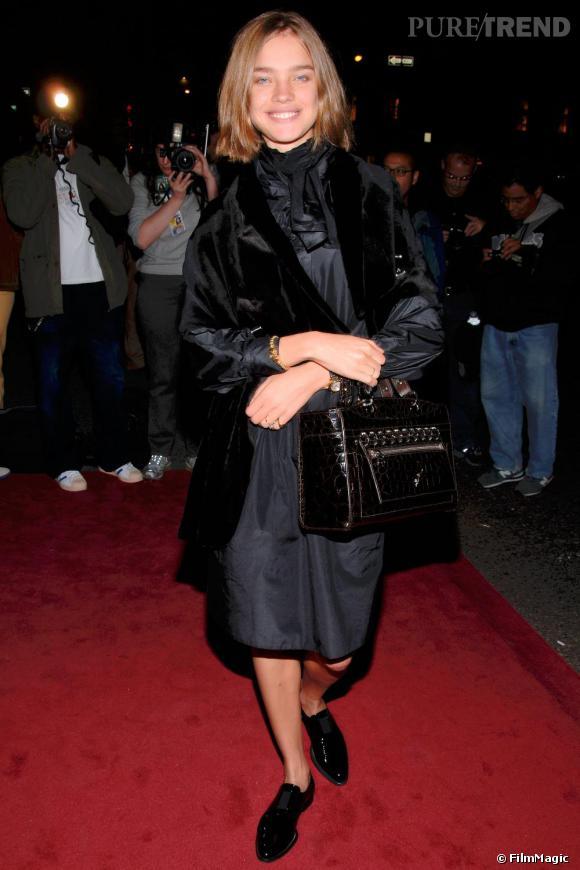 La même année à New-York, le top risque même le total look noir. Mocassins aux pieds, Natalia Vodianova semble fatiguée de s'habiller.
