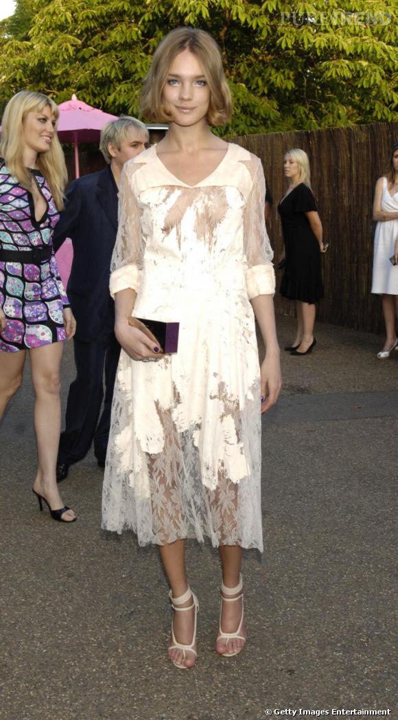 Et son changement continue d'opérer. En 2006, Natalia Vodianova s'est coupé les cheveux pour un look plus dynamique. La robe longue, à dentelles, est en revanche sans formes.