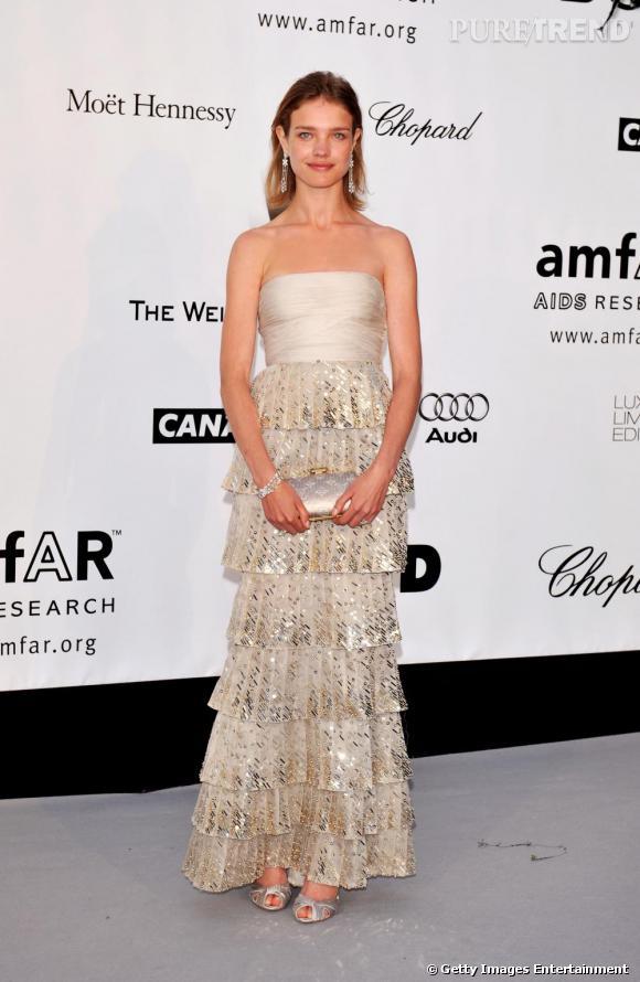 Début de la consécration en 2008. Natalia Vodianova resplendit dans une robe Valentino couleur or. Très  élégante, elle apparaît plus mûre et épanouie.