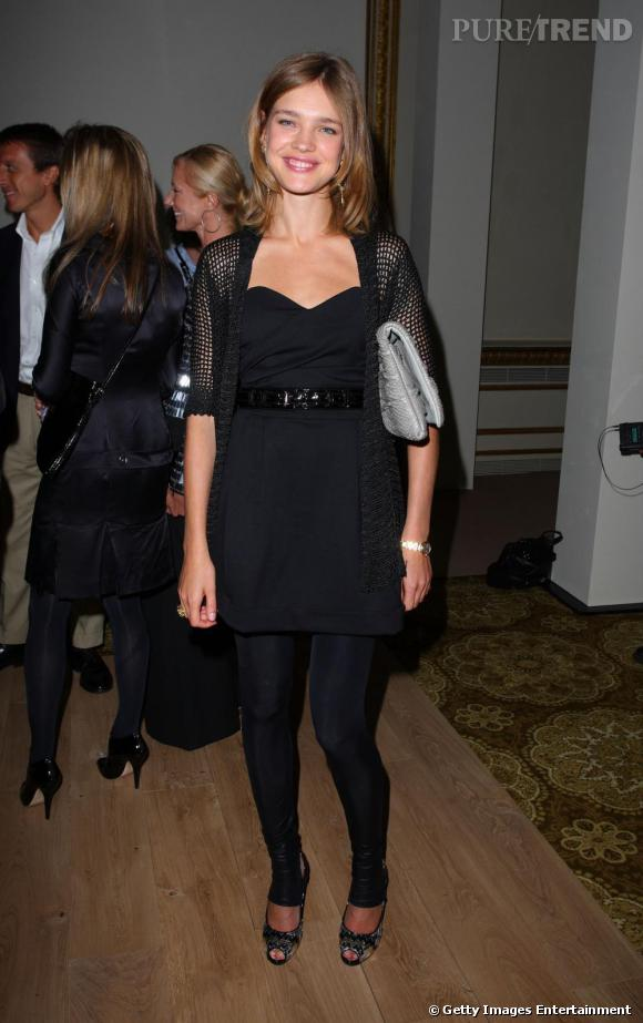 Natalia Vodianova a bien compris que les tenues ajustées lui allaient comme un gant. La même année, elle se permet donc un total look noir mais accessoirisé. La ceinture est la bienvenue pour lui souligner la taille.