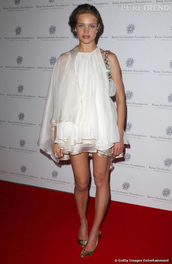 Natalia Vodianova est sur la bonne voie avec cette mini robe-tunique blanche. Le problème : sa silhouette n'existe plus. Et une fois de plus, elle fait dix ans de moins que son âge.