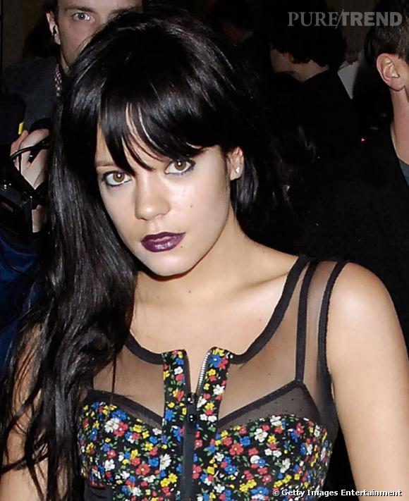 Comme (presque) toutes les chanteuses pop/rock, Lily Allen a eu sa période gothique. Les cheveux sauvages, la frange souple et longue, sa coiffure est en phase avec son look et son make-up dark.