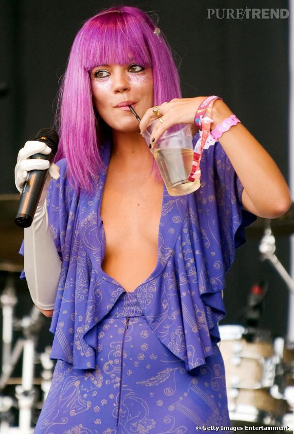 Ouf, Lily Allen a cette fois choisi une perruque pour monter sur scène. la couleur est fun et la coupe branchée, le mix parfait pour une artiste pop.