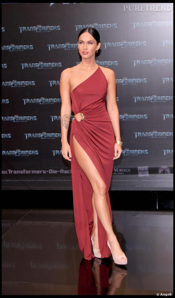 Pour Megan Fox, les robes sexy et dénudées ne sont qu'une formalité. La preuve, elle apparaît impassible pourtant vêtue d'un fendu qui remonte presque jusqu'à la fesse. Osé.