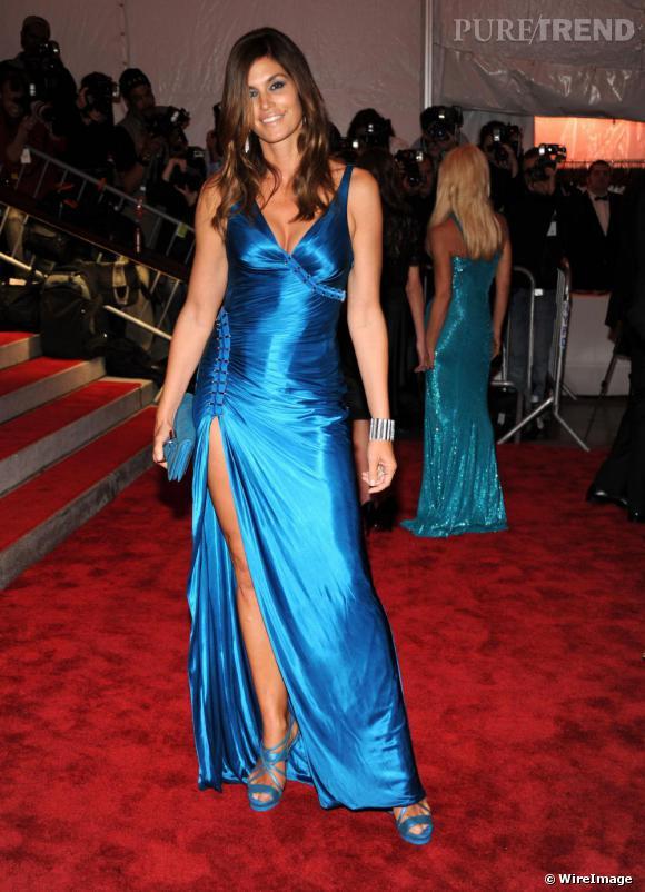 Le top des années 80 est toujours aussi sexy et peut largement se permettre une robe ultra fendue... en soie ! Il faut oser mais Cindy Crawford n'a rien a craindre de sa plastique parfaite.