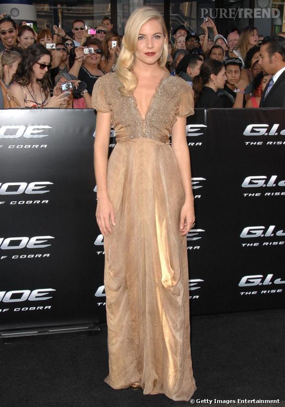 Sienna Miller  conjugue au romantique sa superbe robe nude.