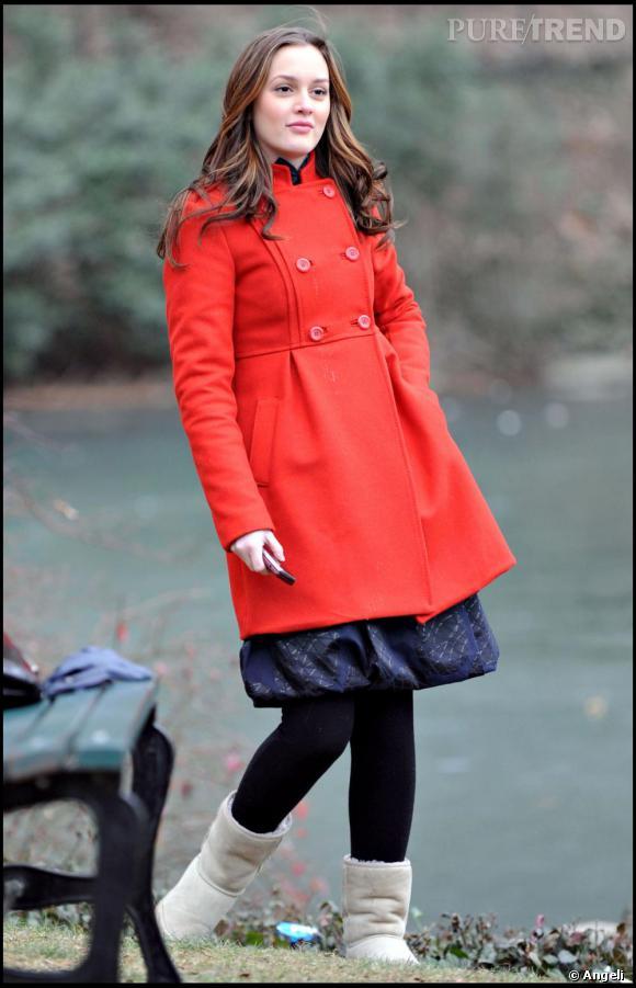La jolie Leighton Meester affiche un look preppy avec cet adorable manteau rouge de facture classique.