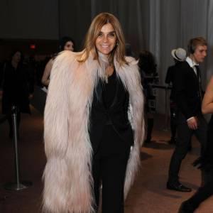 L'inénarrable Carine Roitfeld ne fait rien comme les autres et choisit un manteau poilu blanc du meilleur effet