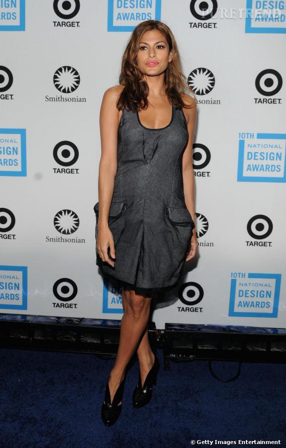 Dernièrement lors des National Design Awards, Eva Mendès porte une robe Calvin Klein, plutôt décontractée. Mais pour glamouriser l'ensemble, elle ose une bouche flashy et des escarpins vernies.