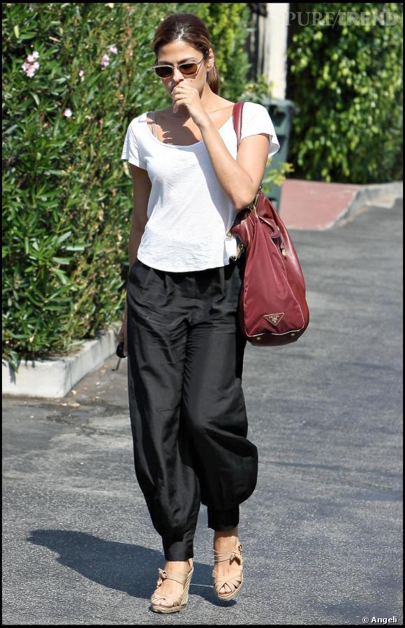 Lorsqu'elle se balade dans les rues de L.A, Eva Mendès ne se laisse pas aller. Même si elle porte des pièces très casual, elle se perche sur des sandales compensées très féminines. Lunettes fumées sur le nez, elle reste glamour, sans efforts.