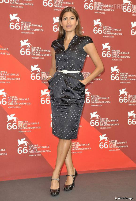 A l'occasion de la 66e Mostra de Venise, Eva Mendès était splendide, très First Lady. Si sa tenue est plutôt stricte, elle la porte très près du corps pour un effet plutôt sexy. En outre, la ceinture fine vient accentuer sa taille de guêpe, l'actrice est 100 % glamour.