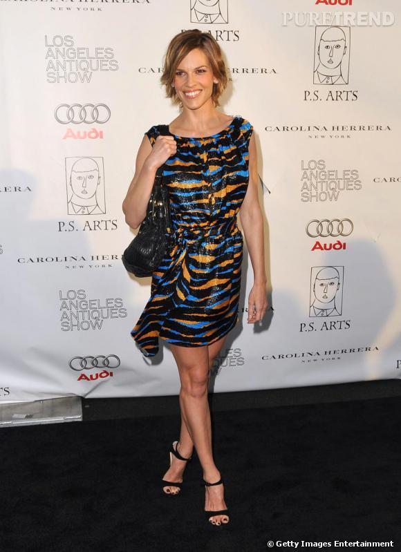 En  Marc Jacobs  ,  Hilary Swank   est plus girly que jamais