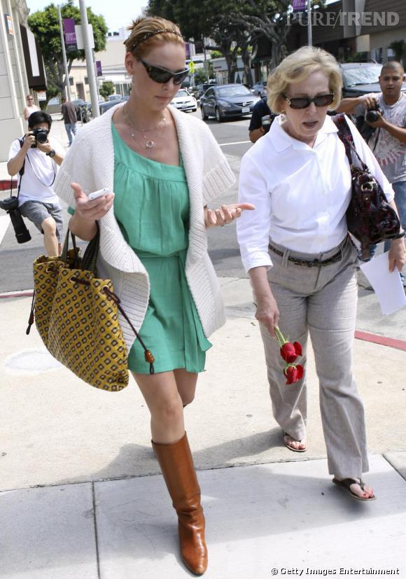 """Katherine Heigl est littéralement accro à son sac """"Memphis Python Robert Lexie"""", qu'elle porte en toute circonstance"""