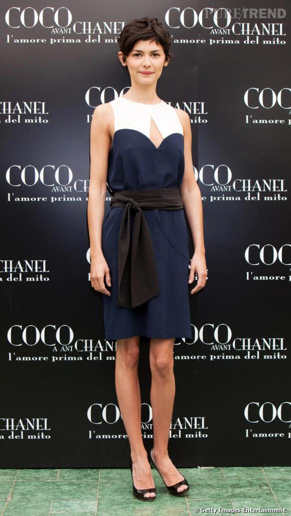 Lors de la première de Coco Chanel à Rome, Audrey Tautou a enfilé une robe droite et une ceinture XXL en tissu afin de se structurer une silhouette. Parfait.