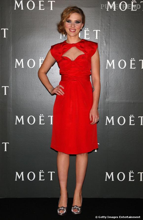 L'actrice et maintenant chanteuse Scarlett Johansson sublime dans cette robe au décolleté délicat. pas besoin de plus, elle n'a pas de preuve à faire.