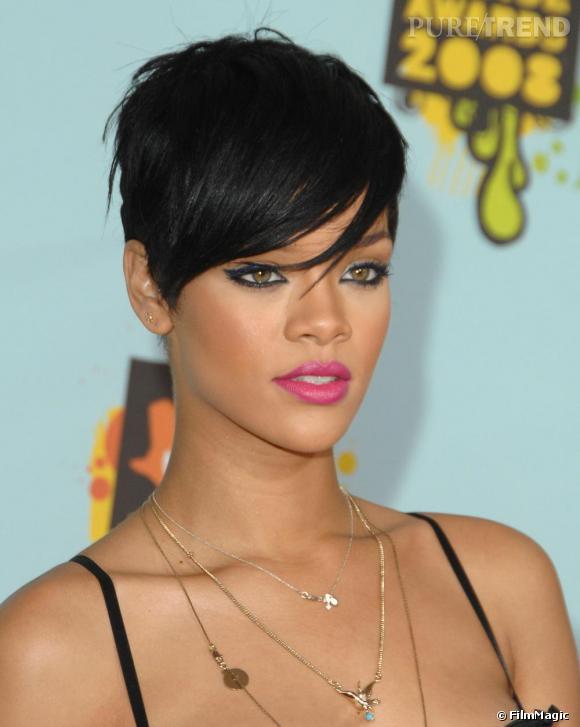 Rihanna reste une chanteuse glamour malgré ses dernières incartades de bad girl. Le regard de braise, la bouche framboise, elle révèle toute sa beauté en deux coups de pinceaux. Bluffant.