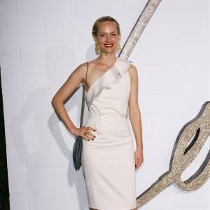 Amber Valletta prolonge l'été en robe blanche et asymétrique