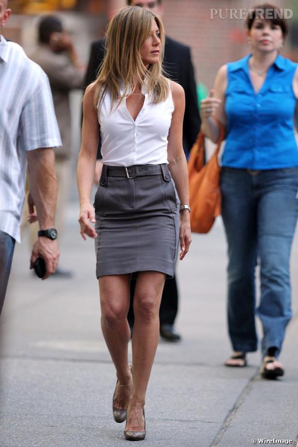 Obsession mode n° 5: La jupe taille haute.    Quand Jennifer Aniston qui son look casual, elle opte pour une allure de working girl pour lequel elle se munie à chaque fois d'une jupe taille haute. Chic et sexy, la jupe taille haute est l'arme de séduction de Jennifer Aniston.