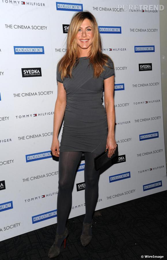 Obsession mode n°4: La mini robe.    Avec de longues jambes galbées, Jennifer Aniston aurait tords de les cacher et elle le sait bien ! Elle met en avant cet atout beauté lors de chacune de ses apparitions sur red carpet et revêt pour l'occasion des mini-robes qui rallongent ses gambettes. Une astuce à copier !