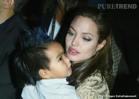 Angélina Jolie soit s'amuser en coiffant Maddox. Notamment lorsqu'elle lui fabrique une crête bleue au milieu de la tête. Un mini badboy chez les Jolie-Pitt.