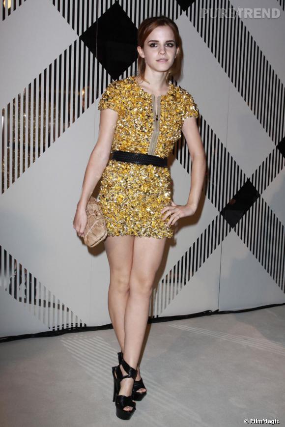 Lors du défilé Burberry à Londres, la star de la saga Harry Potter également connue pour son imparable sens du style fit une apparition lumineuse dans une robe Burberry couverte de cristaux dorés. Dans cette tenue, l'actrice a su prouver que le doré peut être chic et branché.